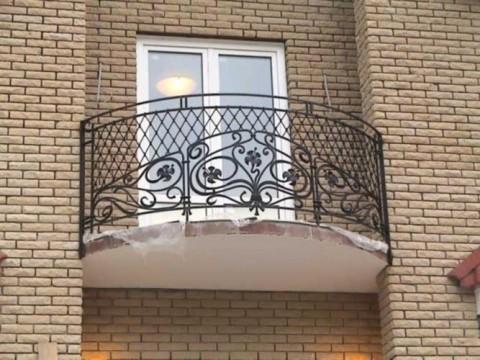 Кованые ограждения для балконов в многоэтажке