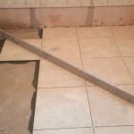 Укладка керамической плитки на пол ровняем уровнем
