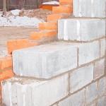 Что лучше стеновые блоки или кирпич для возведения стен?