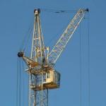 Использование башенного крана и стационарного бетононасоса на стройплощадке